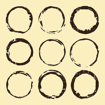 Zestaw plam do kawy. brązowy pierścień plam na białym tle na beżowym tle. ilustracja wektorowa.
