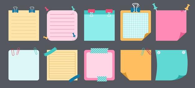 Zestaw płaski karteczek papieru. puste notatki z elementami planowania. kolekcja notesów z zakrzywionymi rogami, pinezkami. różne biura biznesowe tagów, pisanie przypomina. ilustracja