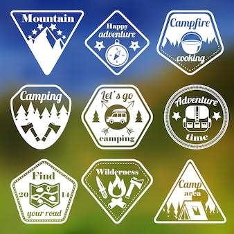 Zestaw płaskich emblematów turystyki na świeżym powietrzu
