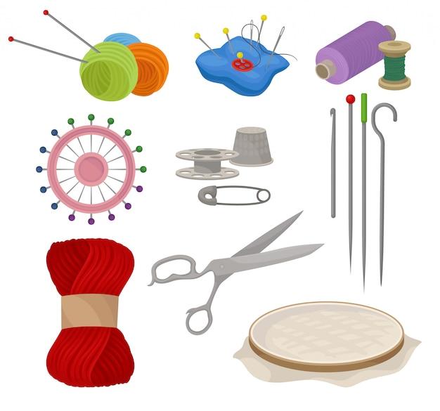 Zestaw płaskich narzędzi i materiałów do szycia i dziania.