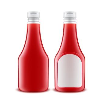 Zestaw plastikowych butelek czerwonego keczupu z białą etykietą