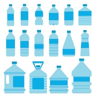 Zestaw plastikowych butelek na wodę.