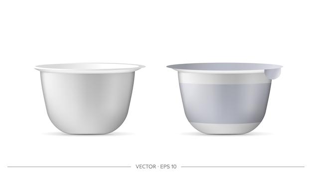 Zestaw plastikowych kubków do jogurtu. pojedynczo na białym tle. ilustracja.