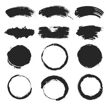 Zestaw pociągnięć pędzla czarnym tuszem, kolekcja czarnej smugi z plamami w kształcie koła, efektem grunge i błotnistym
