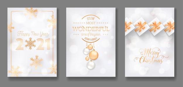 Zestaw pocztówka wesołych świąt i szczęśliwego nowego roku 2021 lub okładka elegancki design. kartki z życzeniami ze złotą ozdobą xmas, kulkami, prezentami, brokatem i płatkami śniegu na białym tle. ilustracja wektorowa