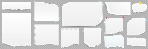 Zestaw podartych arkuszy papieru z notatnikiem programu sticky notes na białym tle