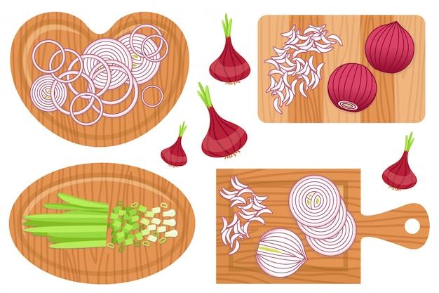 Zestaw pokrojonej cebuli na deskach.