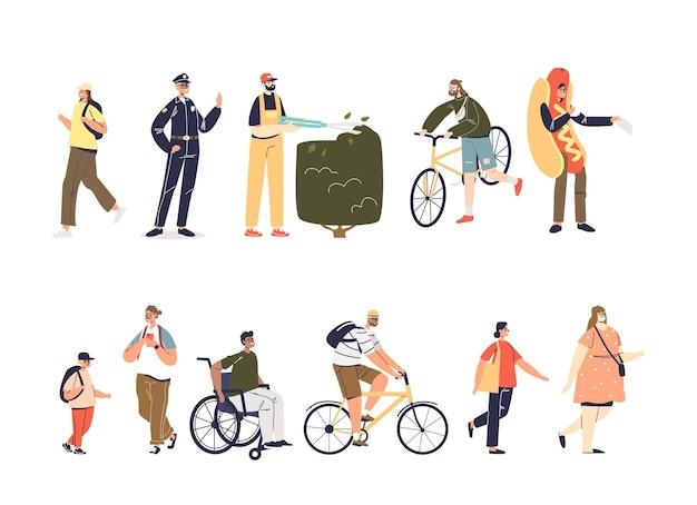 Zestaw postaci z kreskówek ludzi: dorosłych i dzieci. na rowerze, pieszych, na wózku inwalidzkim, robotnicy w mundurach: kolekcja ikon na białym tle policjant, promotor, ogrodnik. płaska ilustracja wektorowa