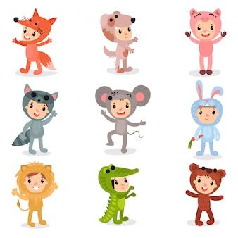 Zestaw postaci z kreskówek małe dzieci w kostiumach zwierząt lis, szczeniak, świnia, szop pracz, mysz, królik, lew, krokodyl i niedźwiedź. na białym tle płaska
