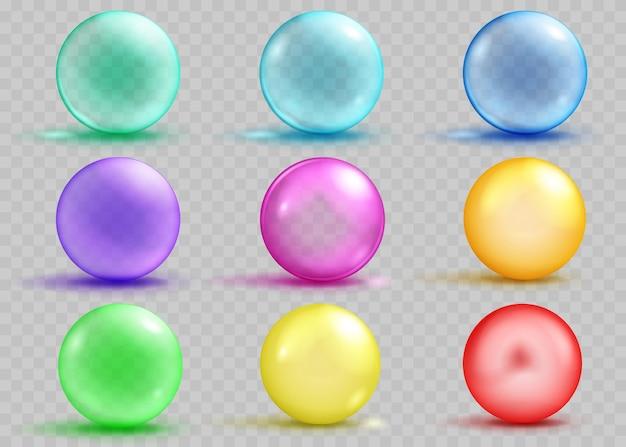 Zestaw przezroczystych i nieprzezroczystych kolorowych kulek z cieniami i odblaskami na przezroczystym tle. przezroczystość tylko w pliku wektorowym