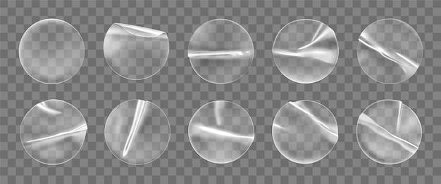Zestaw przezroczystych okrągłych naklejek samoprzylepnych na białym tle. okrągła, pomięta plastikowa samoprzylepna etykieta z efektem kleju.