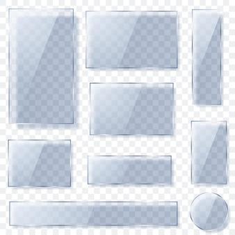 Zestaw przezroczystych szklanych talerzy o różnych kształtach w jasnoniebieskich kolorach z cieniami