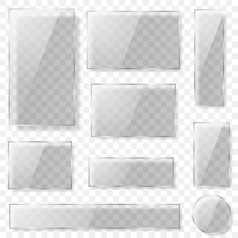 Zestaw przezroczystych szklanych talerzy o różnych kształtach w szarej kolorystyce z cieniami.