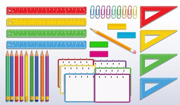 Zestaw przyborów szkolnych z realistycznym kolorowym spiralnym notatnikiem lub notatnikiem, kredkami, linijką do pomiaru trójkąta, spinaczami do papieru i gumowymi gumkami