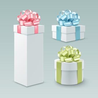 Zestaw pudełek prezentowych w różnych formach z kolorowymi kokardkami i wstążkami. na białym tle