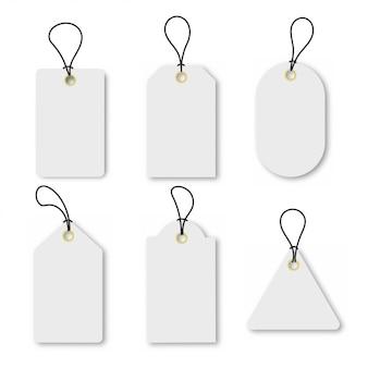 Zestaw pustych białych tagów sprzedaży lub cen w różnych kształtach ze złotymi kółkami. zestaw pustych etykiet na zniżki, sprzedaż, metki. ilustracja