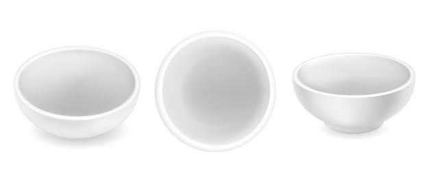Zestaw pustych okrągłych misek na sos. białe ceramiczne ramekins przyprawa na tle. widok z góry iz boku. mały realistyczny sosjerka