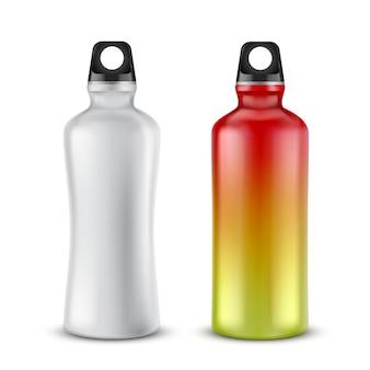 Zestaw pustych plastikowych butelek z pokrywkami do napojów, na białym tle.