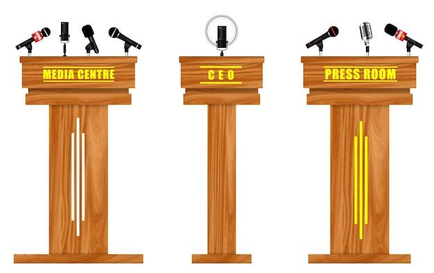 Zestaw realistycznej trybuny konferencji prasowej wyizolowanej lub centrum medialnego z mikrofonami lub sceną dyrektora;
