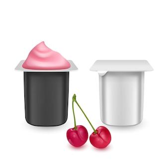 Zestaw realistycznych plastikowych opakowań z jogurtem wiśniowym. opakowania w kolorach czarnym i białym. śmietana mleczna z pokrywką z folii.