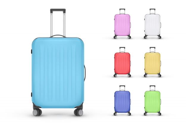 Zestaw realistycznych plastikowych walizek. torba podróżna na białym tle