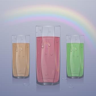 Zestaw realistycznych szklanek wypełnionych sokiem na jasnym tle, przezroczyste szkło z sokiem z kropelkami wody,