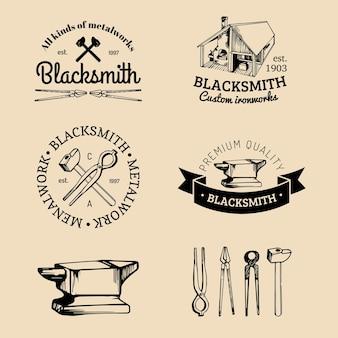 Zestaw ręcznie naszkicowanych logo kowala. kolekcja ikon kowal.