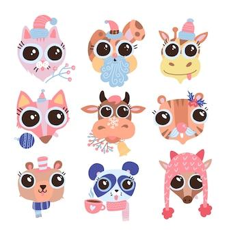 Zestaw ręcznie rysowane słodkie śmieszne zwierzęta głowy w różnych czapkach, nausznikach, szalikach, z świątecznym wystrojem. pojedyncze obiekty na białym tle. płaska ilustracja. koncepcja projektowania naklejek dla dzieci