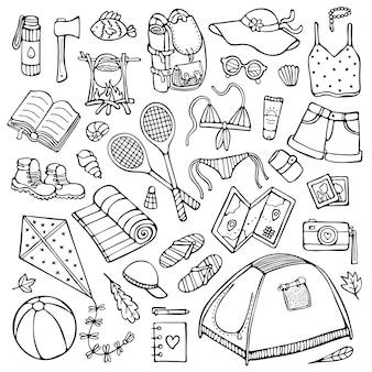 Zestaw ręcznie rysowanych letnich elementów kempingowych i turystycznych