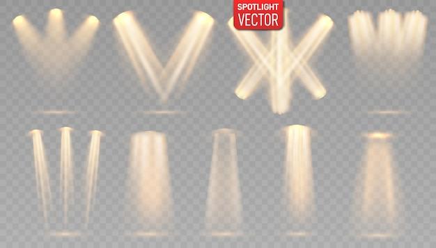Zestaw reflektorów na białym tle. świecący efekt świetlny ze złotymi promieniami i wiązkami