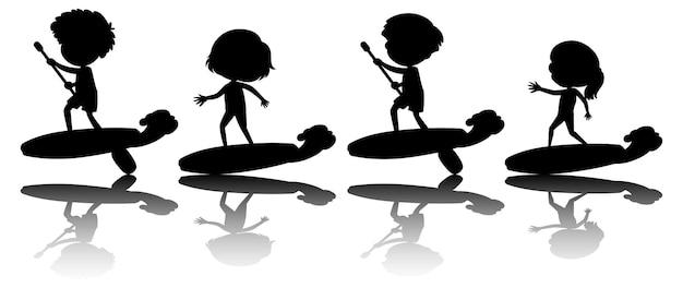 Zestaw różnych dzieci na desce surfingowej sylwetka