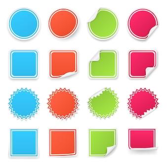Zestaw różnych kolorowych naklejek.