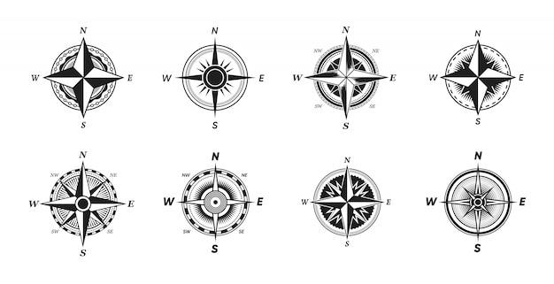 Zestaw różnych zabytkowych kompasów morskich