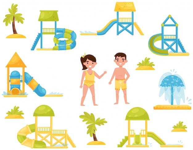 Zestaw różnych zjeżdżalni dla dzieci. wyposażenie parku wodnego. dzieci w strojach kąpielowych