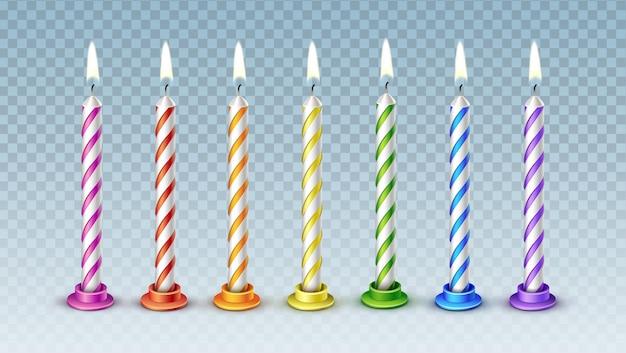 Zestaw siedmiu realistycznych kolorowych wektorowych świec z płonącym płomieniem na tort urodzinowy na przezroczystym tle