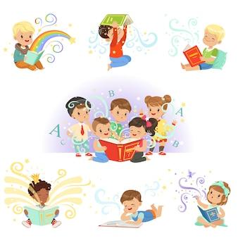 Zestaw ślicznych dzieci. uśmiechnięte małe chłopców i dziewcząt kolorowe ilustracje na jasnoniebieskim tle