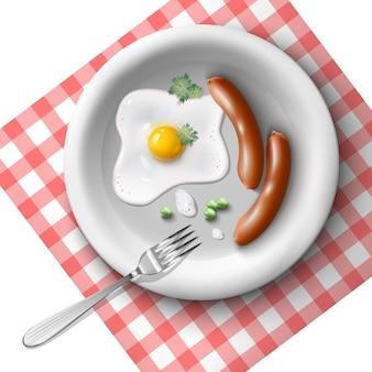 Zestaw śniadaniowy z jajkiem sadzonym, kiełbaskami i groszkiem