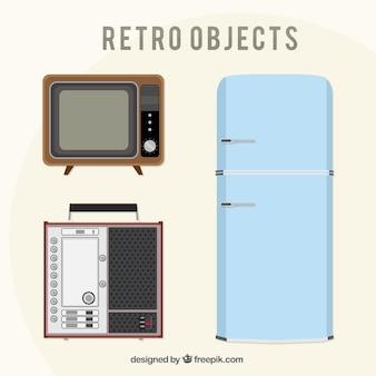 Zestaw starych lodówek i innych przedmiotów