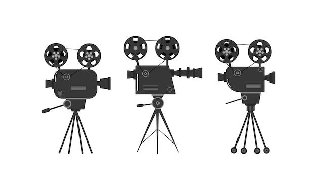 Zestaw starych projektorów kinowych na statywie.