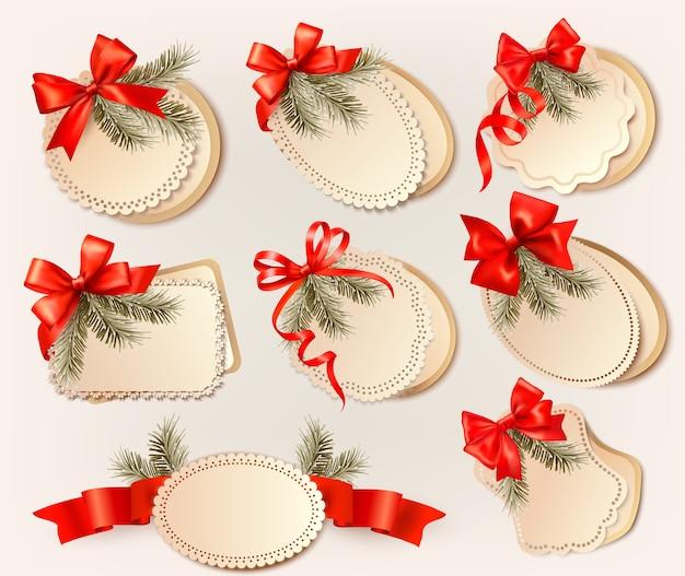 Zestaw świątecznych kart podarunkowych z czerwonymi kokardkami ze wstążkami