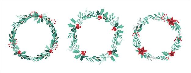 Zestaw świątecznych wieńców z gałęzi, liści, jagód, ostrokrzewu. na białym tle