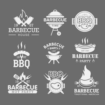 Zestaw szablonów logo bbq biały. pieczona wieprzowina, kiełbasa na naklejkach widelec. naklejki na przyjęcie z grilla