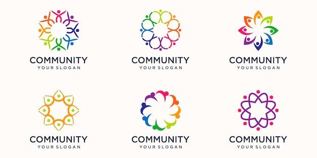 Zestaw szablonu projektu logo kreatywnych kolorowe pracy zespołowej. zespół czterech osób razem na białym tle