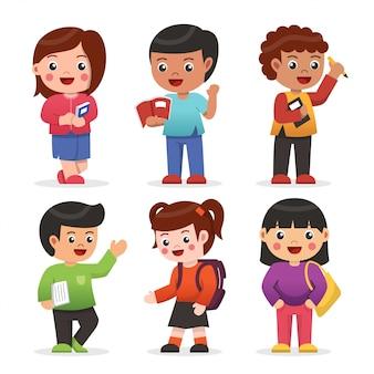 Zestaw szczęśliwych dzieci studentów posiadających książkę i torbę