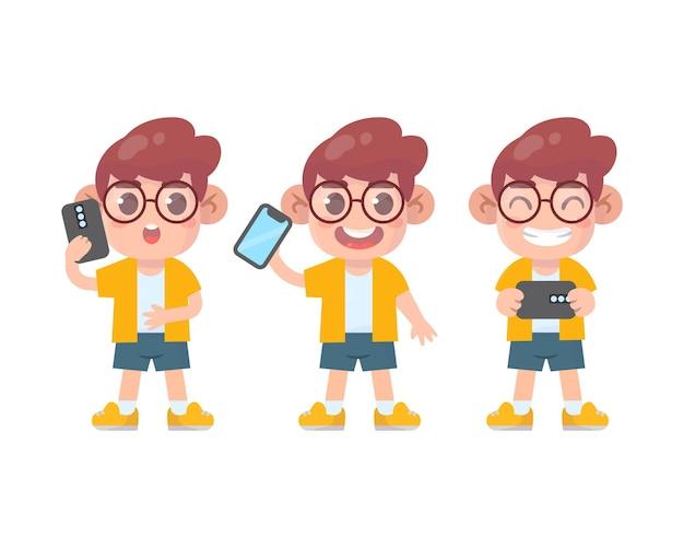 Zestaw szczęśliwych dzieciaków słodkiego chłopca i smartfona z wieloma wyrażeniami gestów