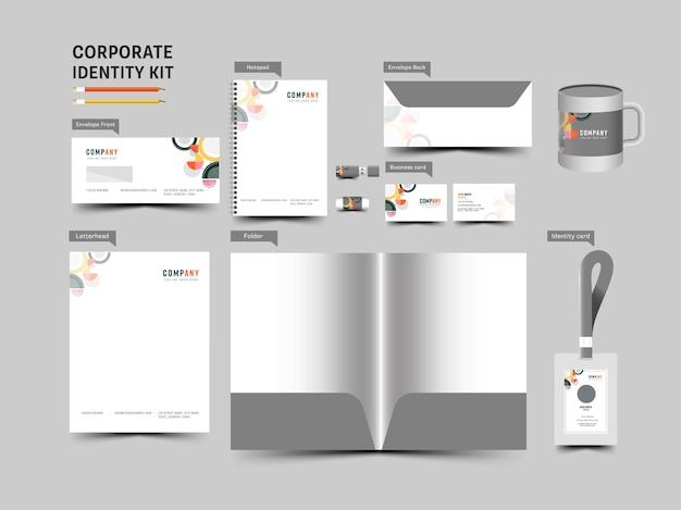 Zestaw tożsamości korporacyjnej zawierający edytowalny folder, notatnik, dwustronną kopertę, kubek, identyfikator i wizytówkę