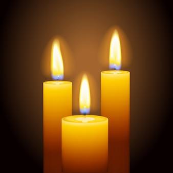 Zestaw trzech płonących świec