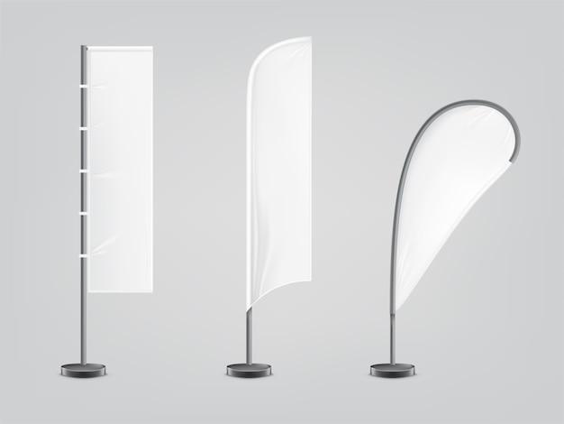 Zestaw trzech pustych, włókienniczych banerów lub flag w różnych kształtach