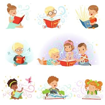 Zestaw uroczych dzieci. uśmiechnięte małe chłopców i dziewcząt ilustracje na jasnoniebieskim tle