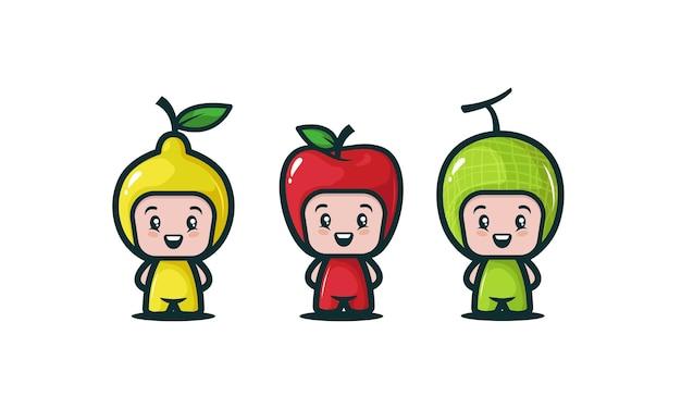 Zestaw uroczych dzieci z różnymi kostiumami owocowymi